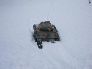 radiostyrd pansarvagn med trasigt larvband fast i snön
